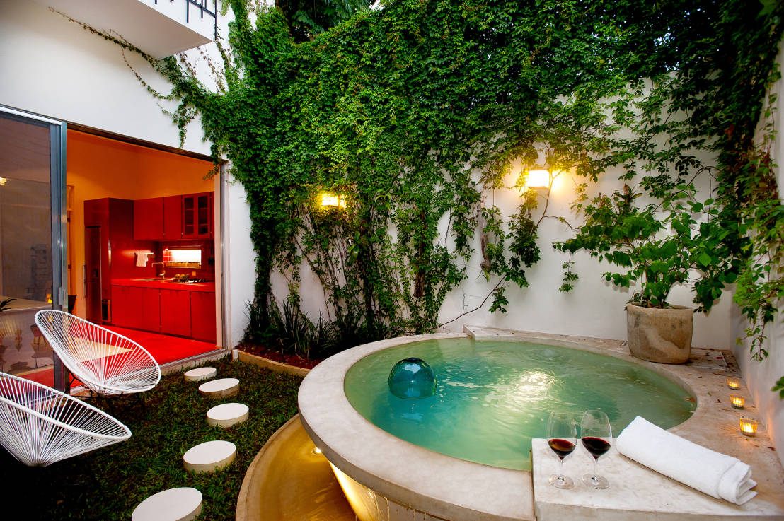 16 fabulosas piscinas y jacuzzis para patios peque os for Casa de decoracion interna