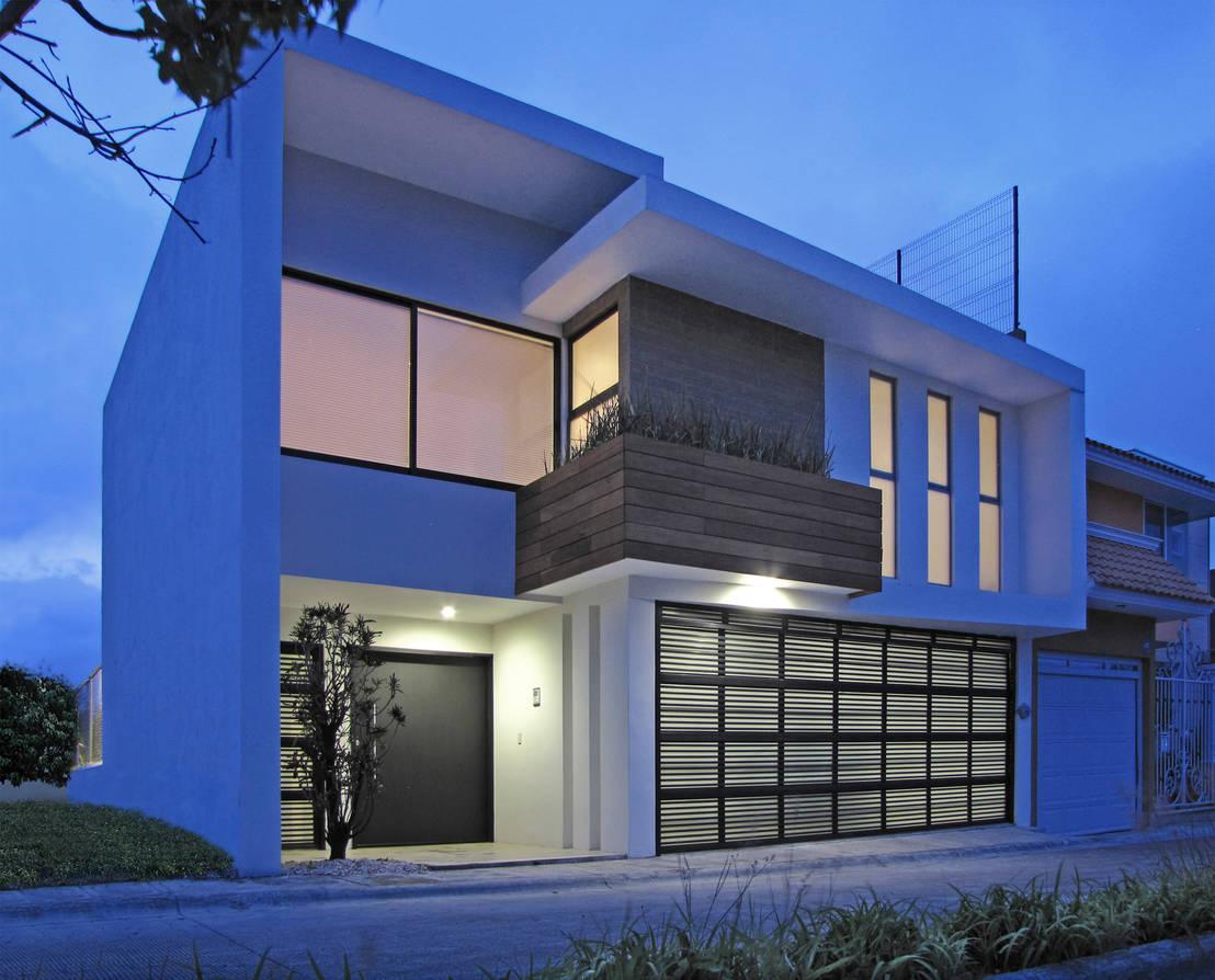 Una casa discreta por fuera sensacional por dentro for Casas alargadas