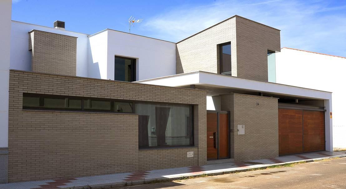 Una casa de novela for Fachadas de casas modernas con zaguan