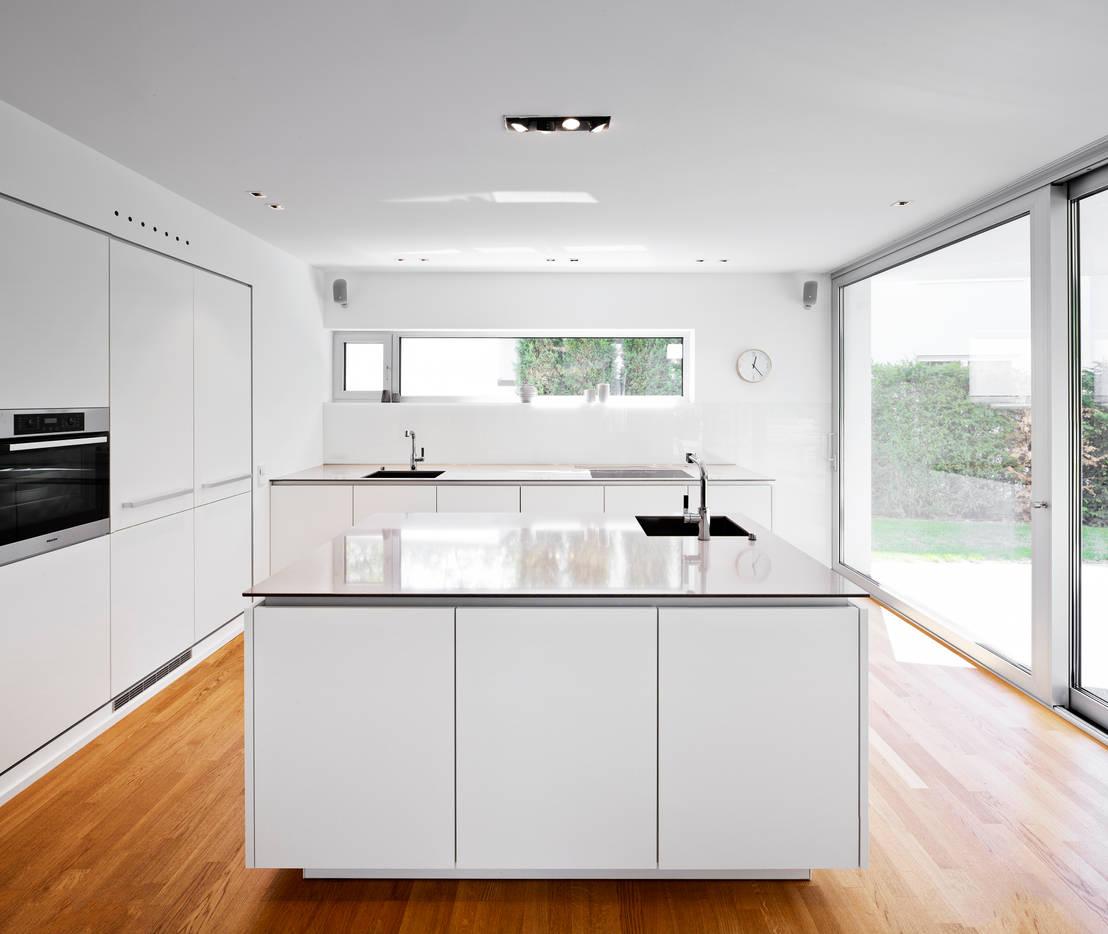 Le cucine bianche modelli e stili diversi - Cucina bianca e marrone ...