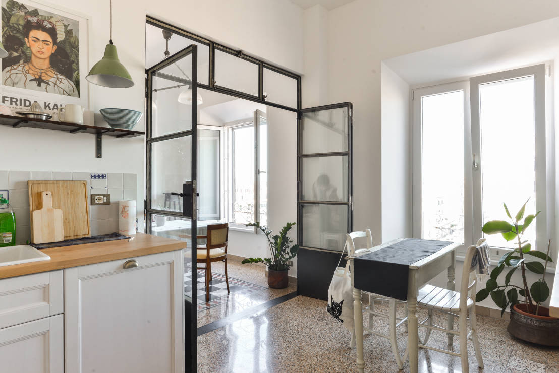 5 cucine che combinano lo stile classico e moderno for Negozio di metallo con appartamento