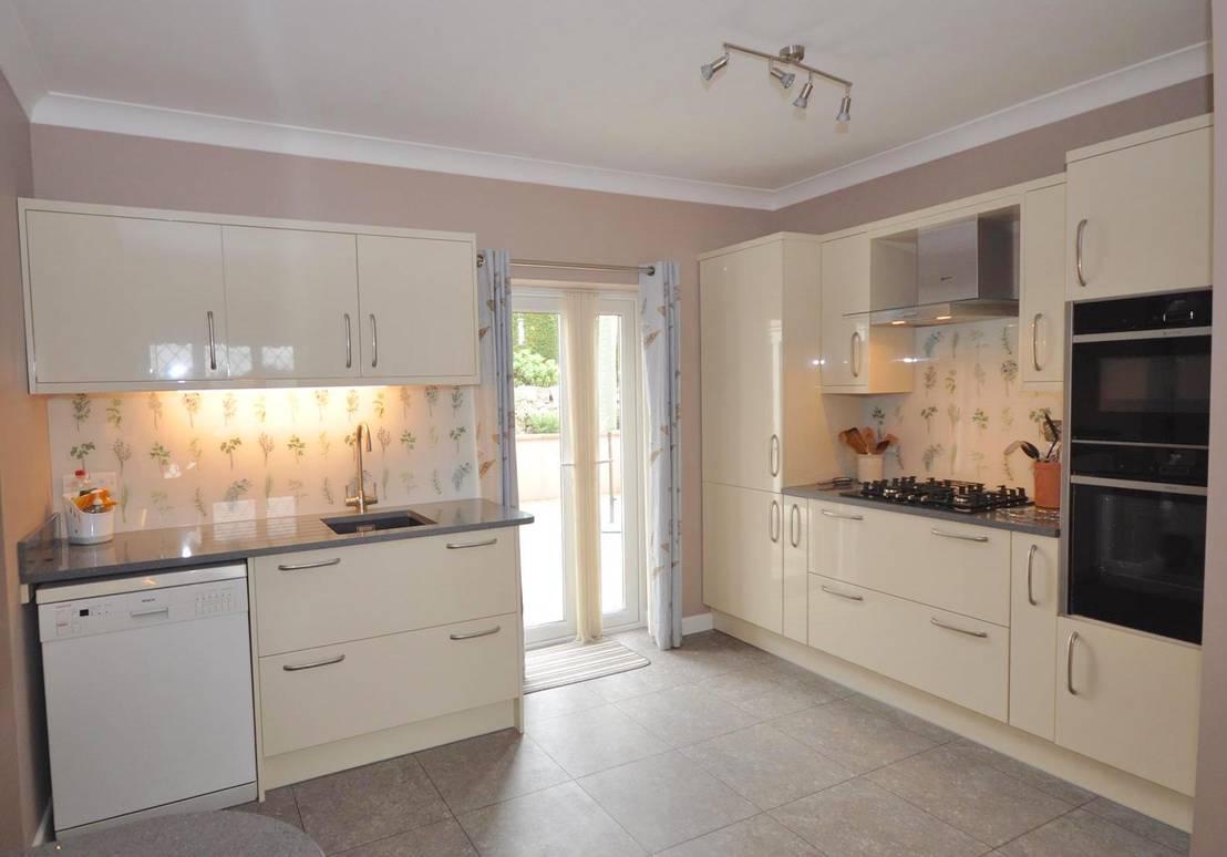 Contemporary cream gloss kitchen with glass splashbacks for Kitchen 0 finance b q