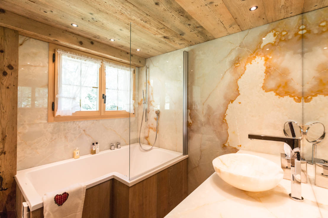 Chaletumbau in gstaad von rh design homify for Bad rustikal