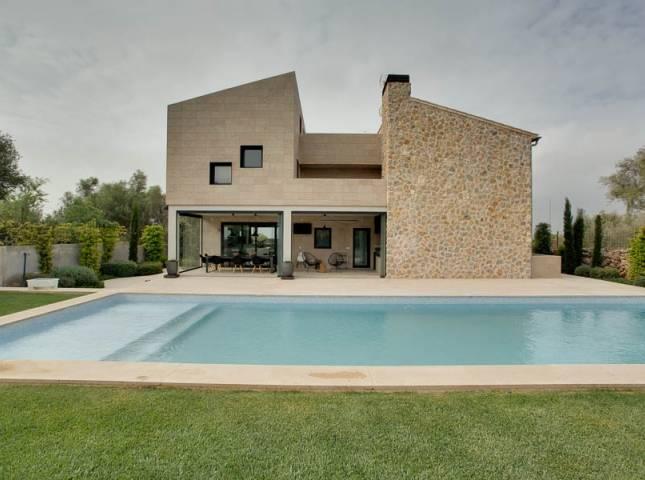 Una casa moderna y r stica fant stica for Fachadas oficinas modernas