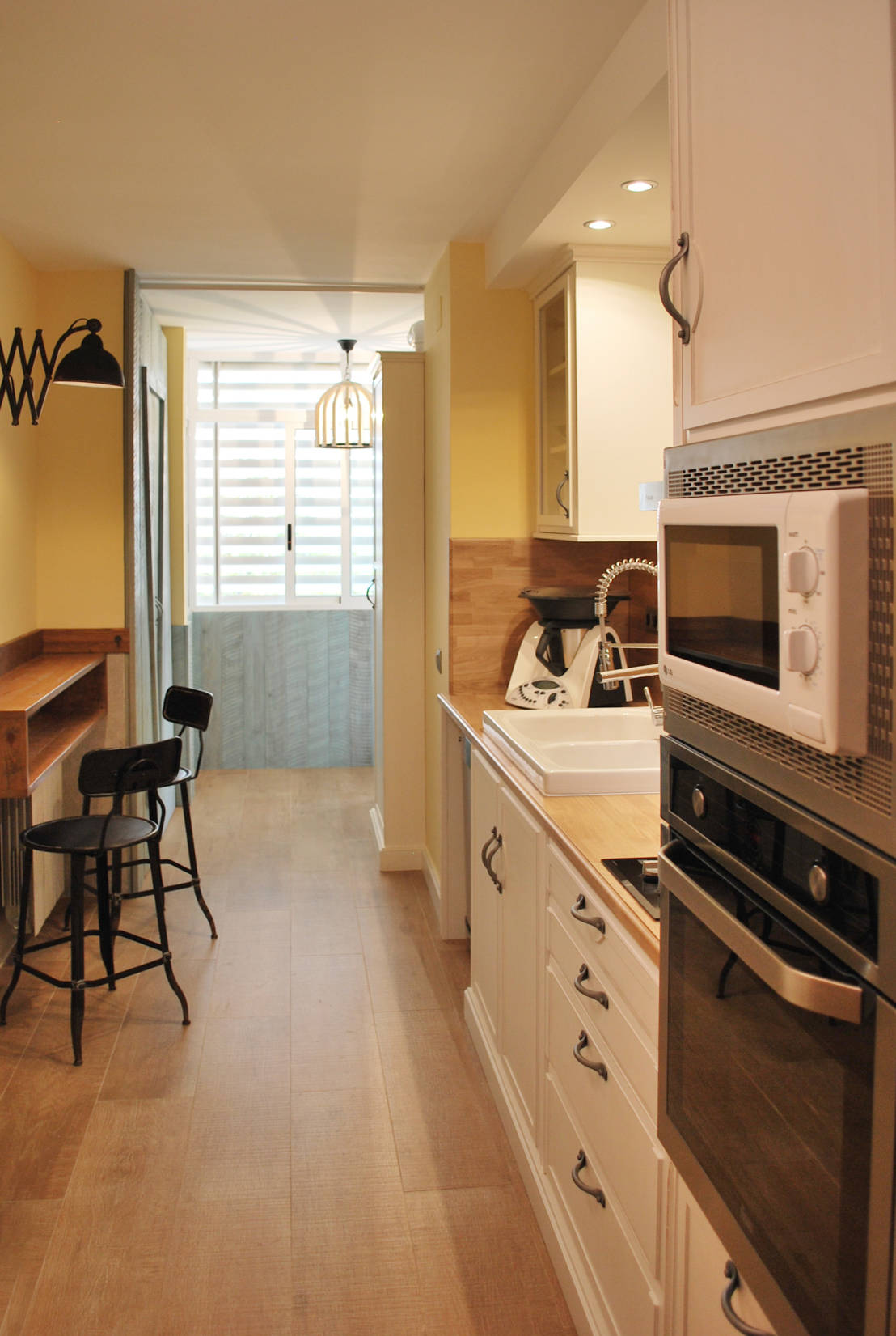 7 cocinas peque as que debes ver antes de dise ar la tuya for Amueblar cocina alargada