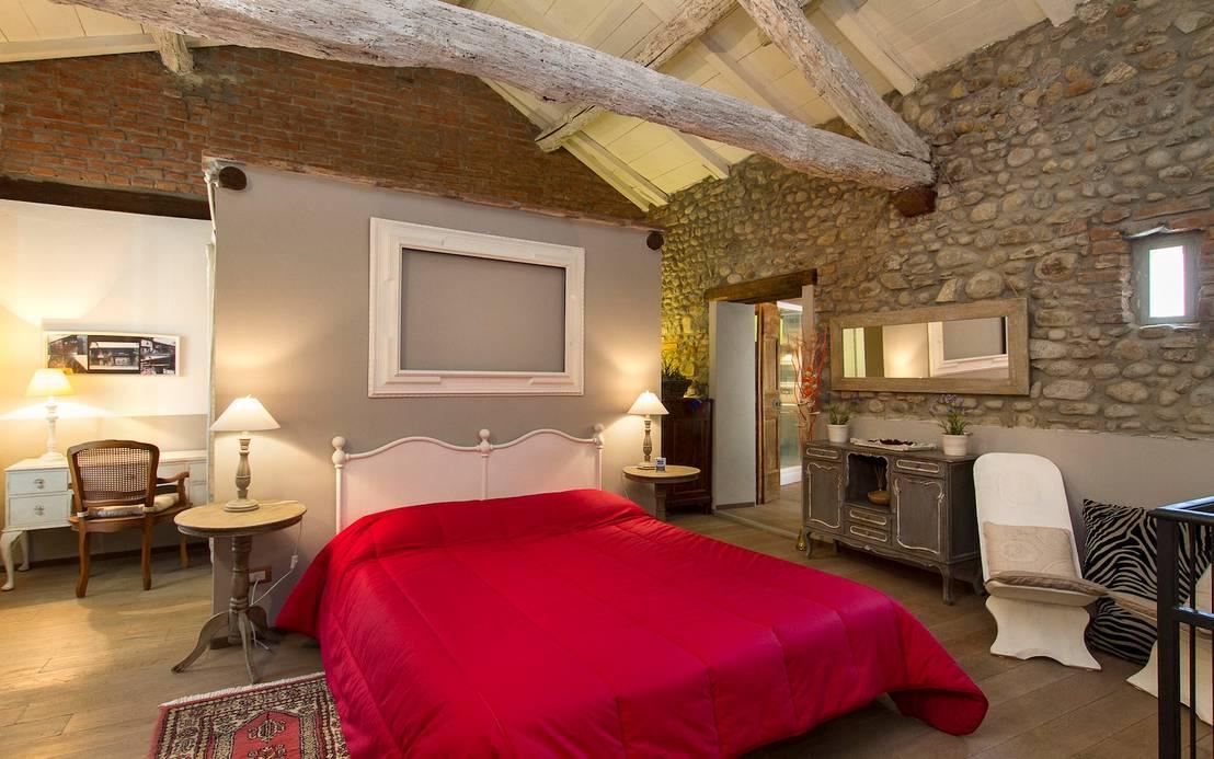 10 spettacolari camere da letto con muro in pietra - Camera da letto con baldacchino ...