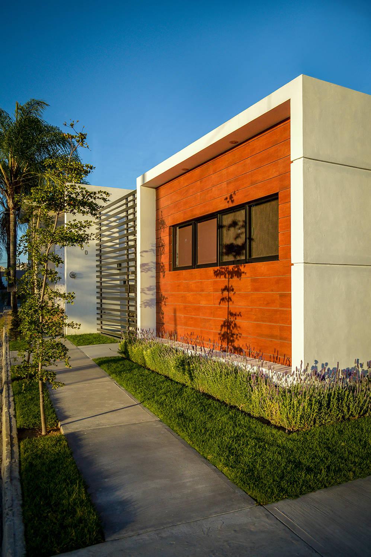 7 ideas para remodelar una fachada de inter s social y for Remodelacion de casas pequenas fotos