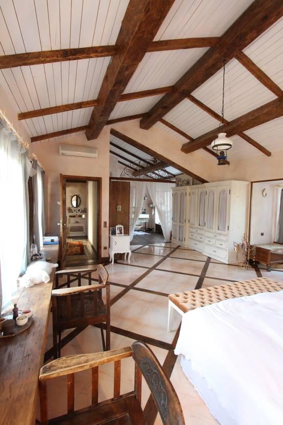Travi in legno a vista per la casa 7 spettacolari esempi for Mansarda in legno bianco