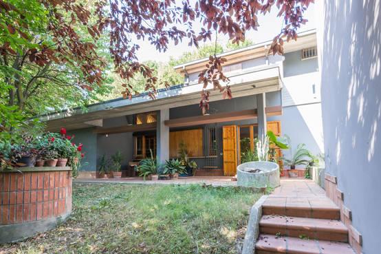 Una ventata d 39 aria fresca in una villa anni 39 80 for Entrate case moderne