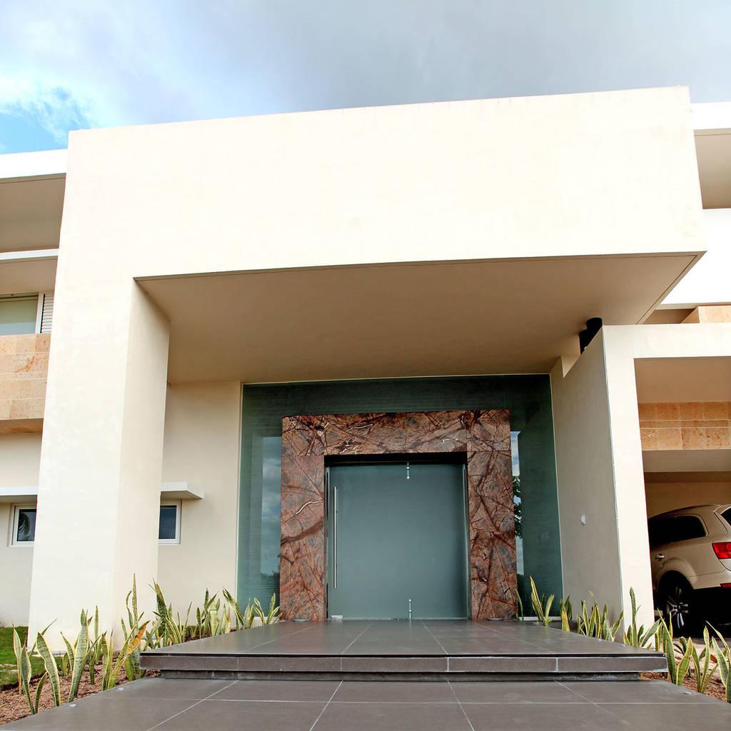 Fotos de casas de estilo minimalista portico homify - Casa con portico ...