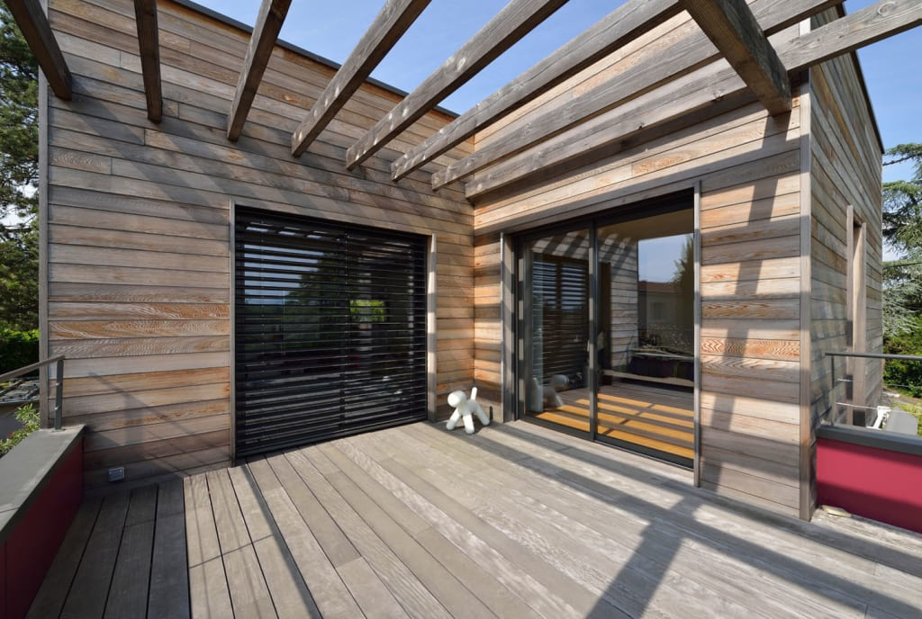 vue sur la terrasse de l 39 tage avec pergola bois et bardage red cedar terrasse de style par. Black Bedroom Furniture Sets. Home Design Ideas