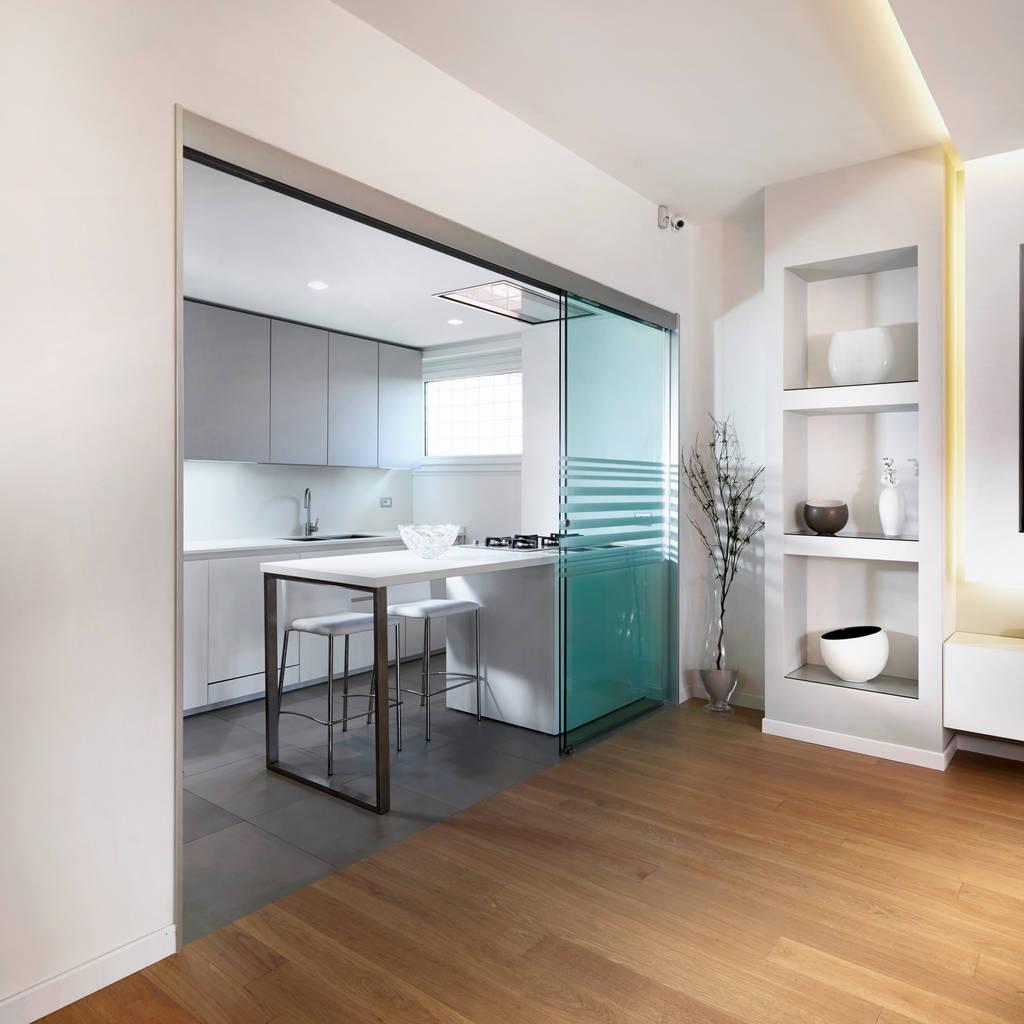 Spazio nello spazio cucina in stile in stile moderno di for Arredamento cucina roma