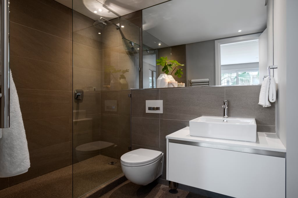 Scandinavian Country Style Bathrooms Design: Waterfron Stay_gulmarn Apartments: Scandinavian Bathroom