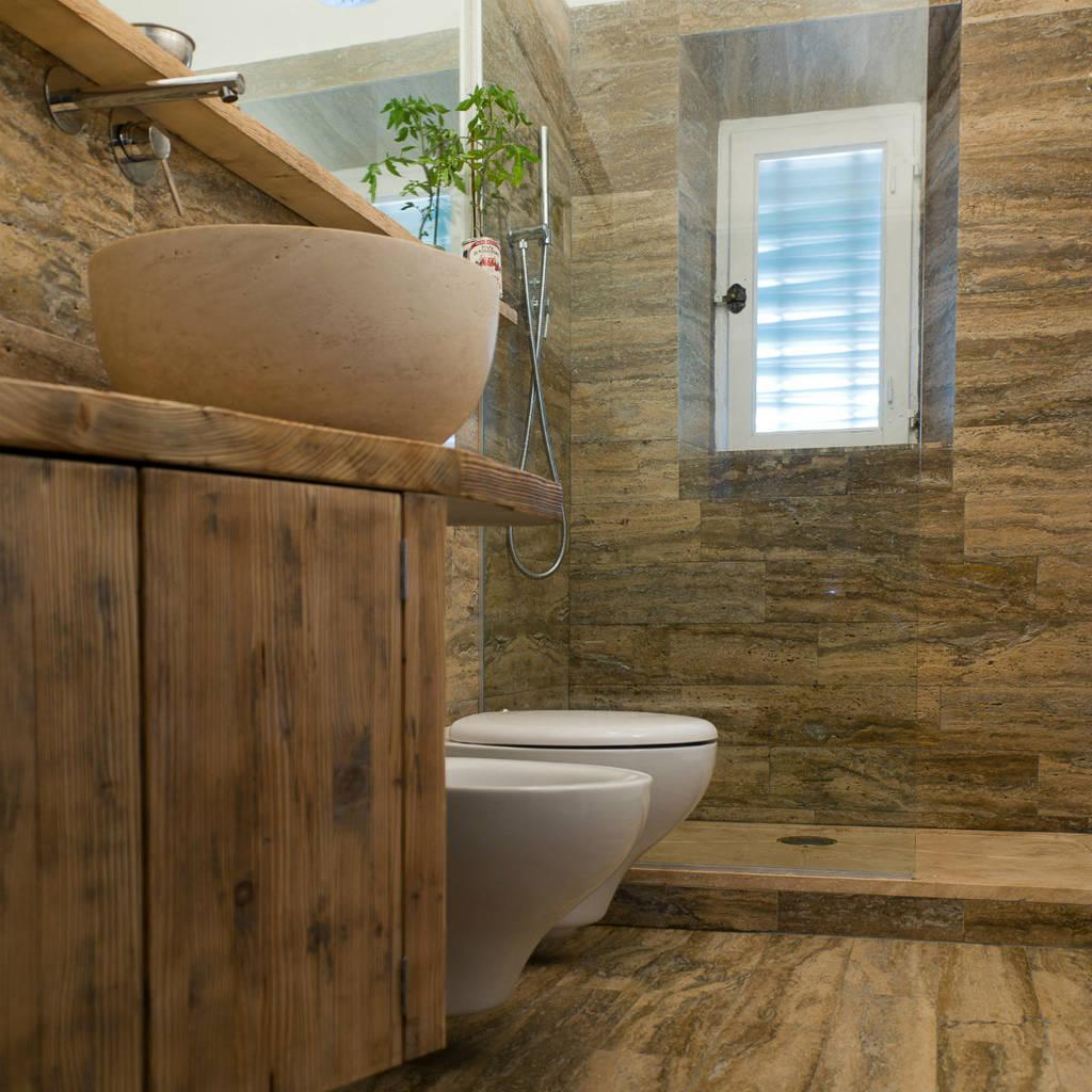 Foto di bagno in stile in stile moderno bagno in pietra - Ripresa di nascosto in bagno ...