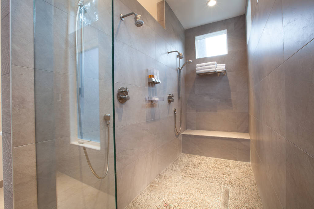 Modern bathroom photos master bathroom remodel homify for Redesign my bathroom
