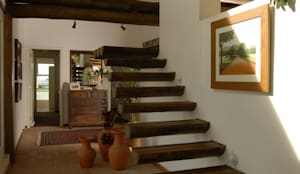 Casa de campo - Cunha - São Paulo - Brasil: Corredores, halls e escadas rústicos por Carmen Saraiva Arquitetura